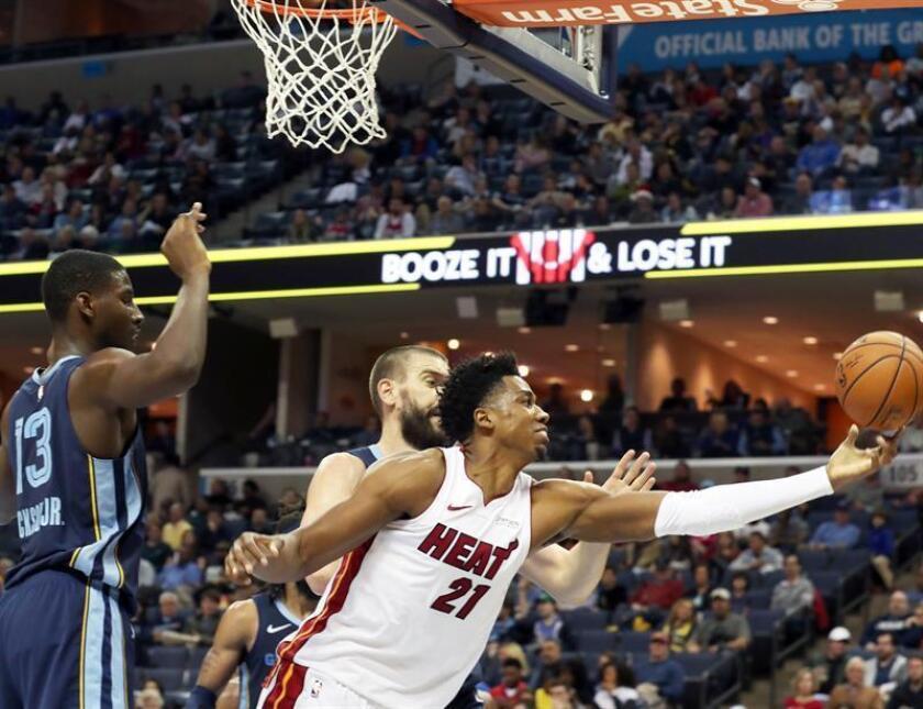 Memphis Grizzlies Marc Gasol (atrás) y Jaren Jackson Jr. (i) defienden ante Hassan Whiteside (frente) de Miami Heat en un partido de la NBA el pasado 15 de diciembre. EFE/Archivo