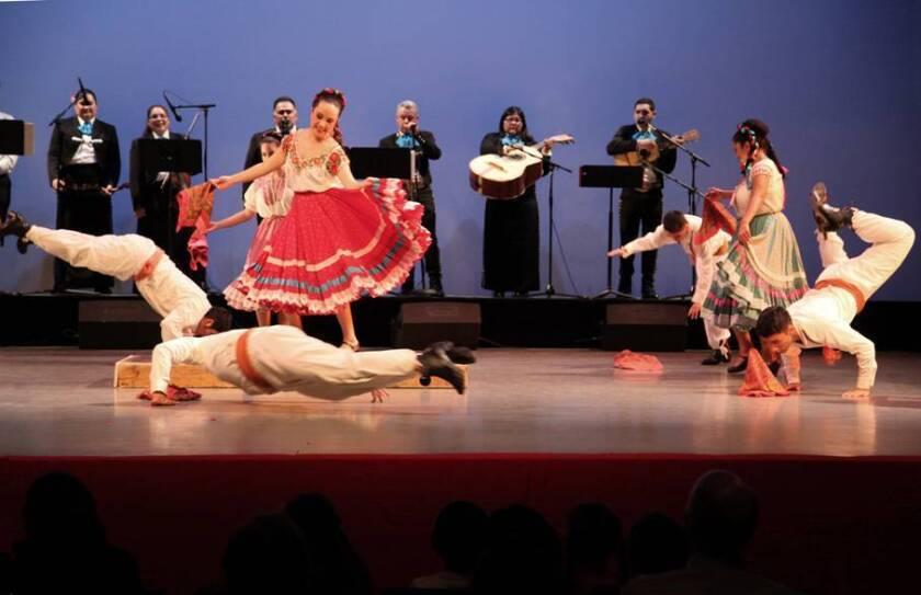 """El espectáculo """"Navidad en Whittier"""" reúne a los miembros de Floricanto USA en un escenario específico para brindar una gran sesión de danzas y de música relacionadas al folklore mexicano."""