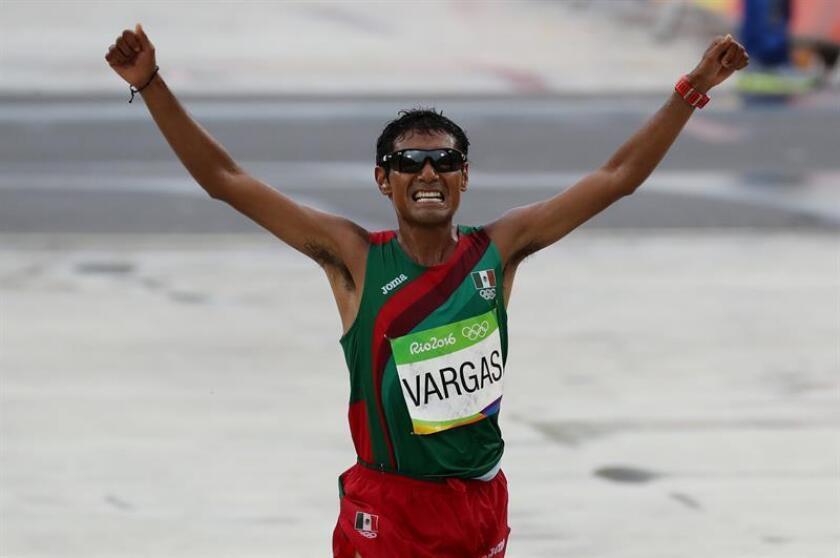 El atleta mexicano Daniel Vargas celebra tras cruzar la meta en la maratón en los juegos olímpicos de Río de Janeiro (Brasil). EFE/Archivo