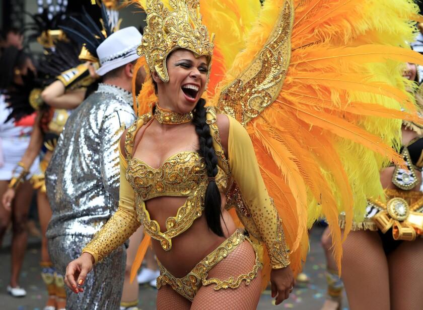 Una participante, durante el desfile del Lunes, en el segundo y último día del Carnaval de Notting Hill, en Londres. (Jonathan Brady/PA via AP)