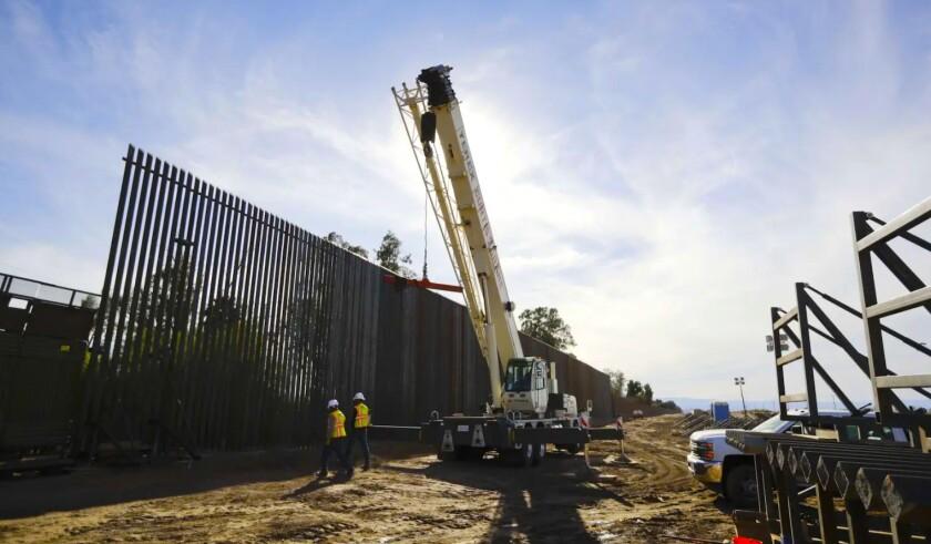 Obras de construcción de la estructura fronteriza en Calexico, California.