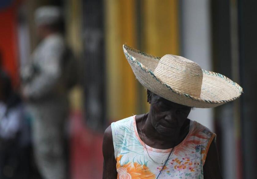 Una mujer fue registrada este miércoles al caminar por una calle del municipio de Guapi, ubicado en el departamento del Cauca (Colombia). EFE