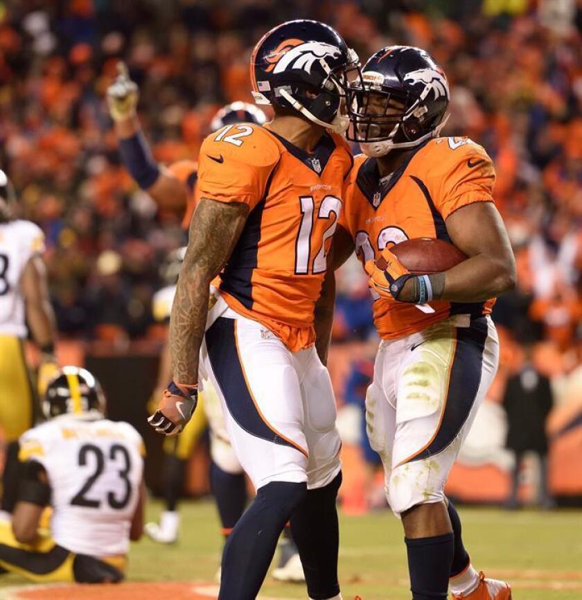 El jugador CJ Anderson (dcha) celebra con un compañero durante su etapa en los Broncos. EFE/Archivo