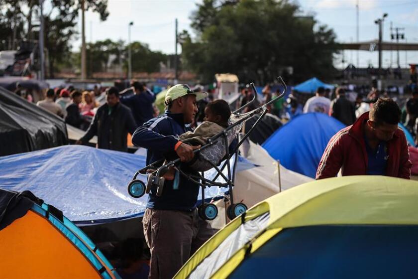 Miembros de la caravana migrante de centroamericanos durante su estancia en el albergue de la ciudad de Tijuana ayer, sábado 24 de noviembre de 2018, en el estado de Baja California (México). EFE