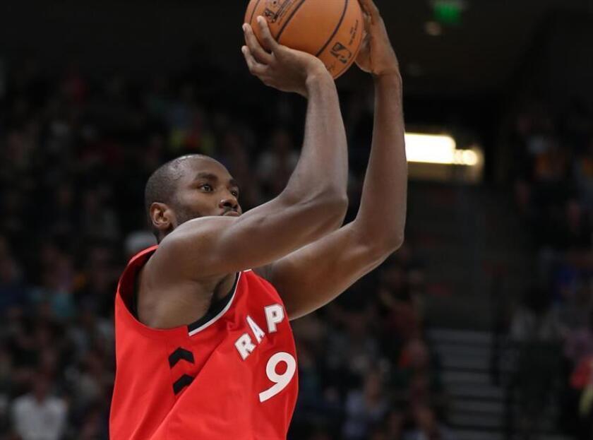 El alero Serge Ibaka de Toronto Raptors lanza a canasta. EFE/Archivo