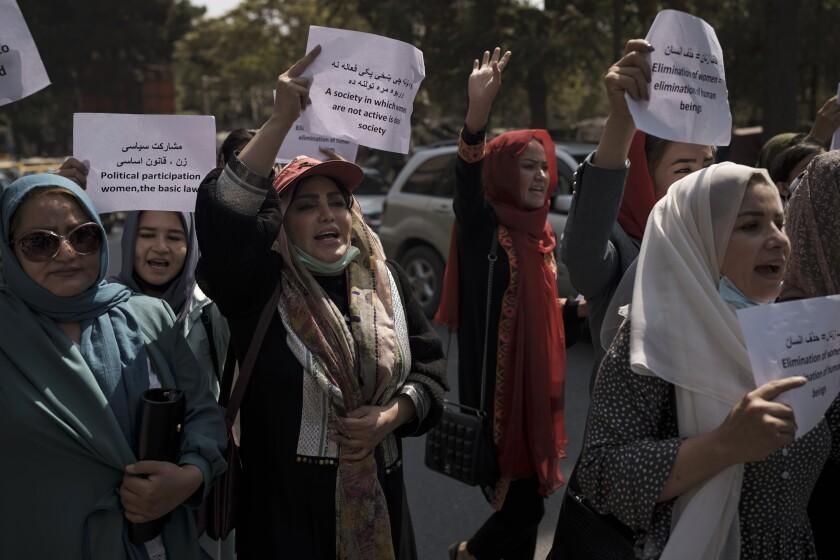 Mujeres marchan para reclamar sus derechos bajo el gobierno talibán, en una protesta cerca del antiguo Ministerio de Asuntos de Mujeres en Kabul, Afganistán, el domingo 19 de septiembre de 2021. (AP foto)
