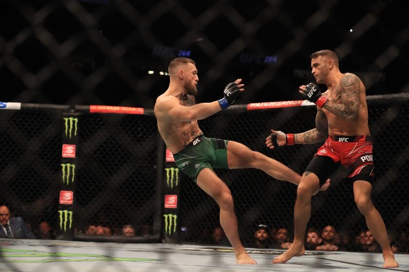 Conor McGregor castiga a Dustin Poirier durante el primer asalto de la pelea del sábado en Las Vegas, Nevada.