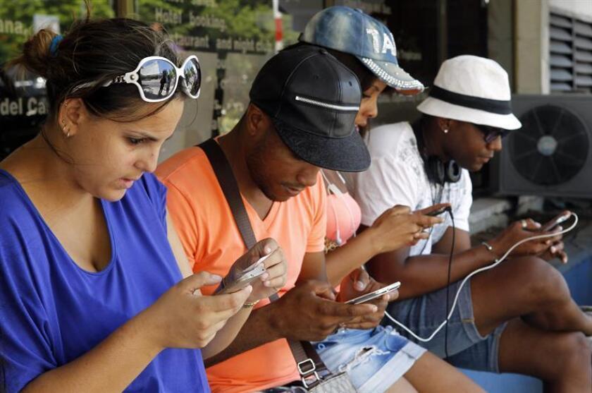 Un grupo de jóvenes navegan por la internet en sus dispositivos móviles. EFE/Archivo