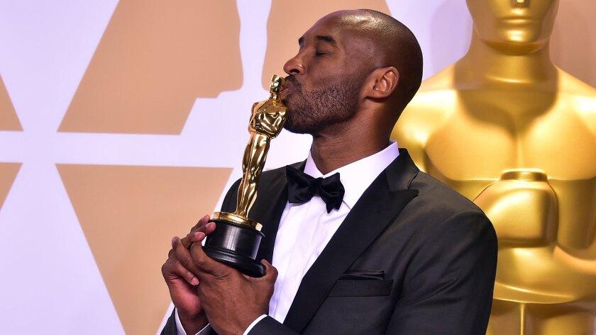 Kobe Bryant besa su premio Oscar.
