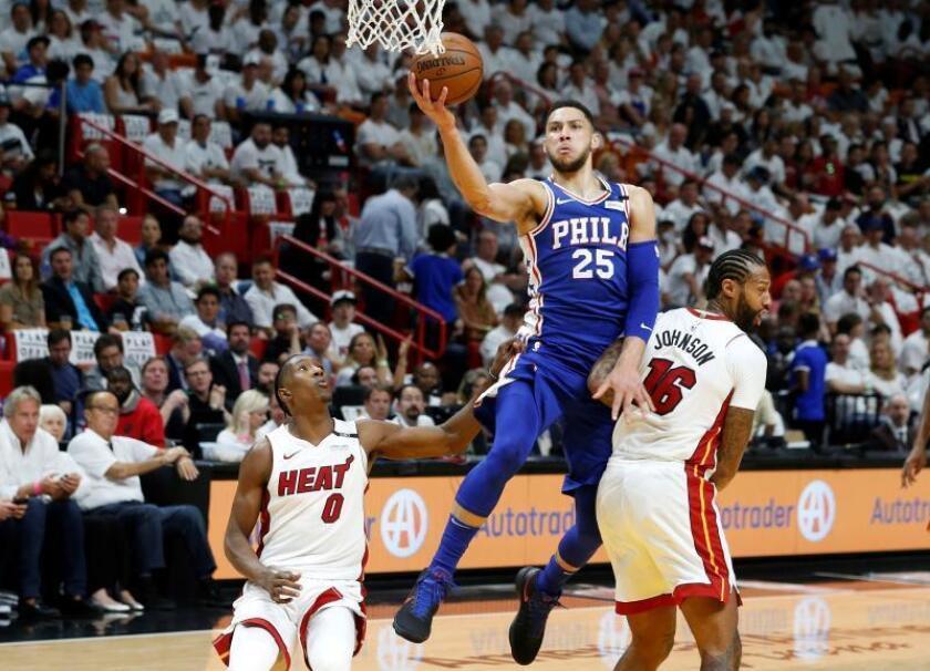 Josh Richardson (i) y James Johnson (d) de Miami Heat intentan bloquear al australiano Ben Simmons (c) de Philadelphia 76ers,, previo al tercer juego de la primera ronda eliminatoria de la Conferencia Este, entre los Philadelphia 76ers y los Miami Heat, en el American Airlines Arena, en Miami (EE.UU.). EFE
