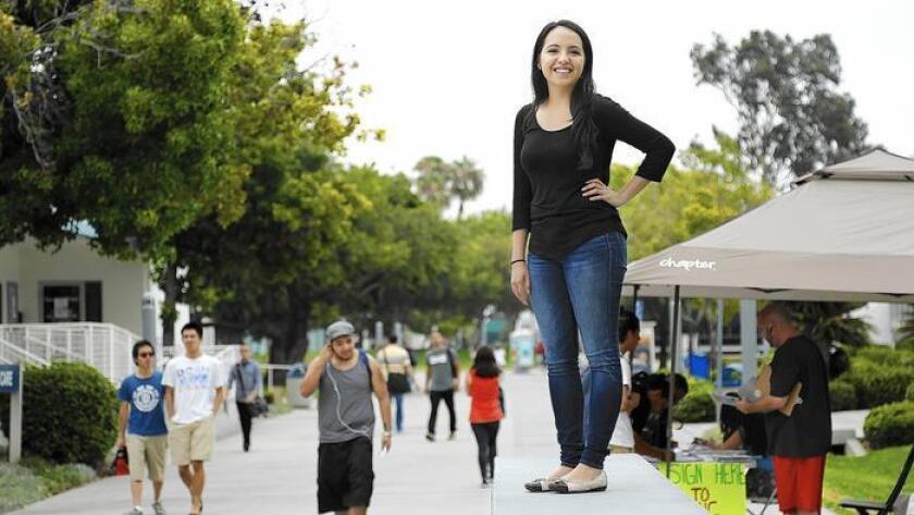 Michelle Mancilla, de 20 años, estudiante de Cerritos College en Norwalk, planea transferirse a Cal State Fullerton en otoño 2016. Cerritos College ha aumentado la tasa de éxito de los estudiantes latinos.