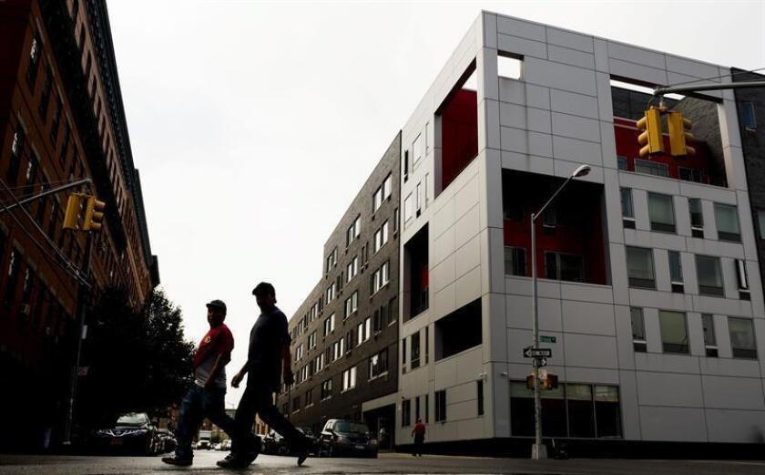 Fotografía de un complejo de apartamentos llamado Brook donde tres residentes contrajeron la legionelosis (enfermedad de los legionarios), el martes 11 de agosto de 2015, en Nueva York (EE.UU.). EFE/Archivo