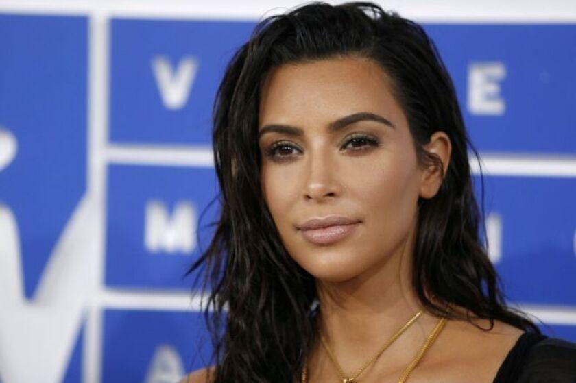 La policía francesa detuvo este lunes a 16 personas en relación con el atraco que sufrió a punta de pistola la estadounidense Kim Kardashian West el pasado 3 de octubre en el apartamento de lujo en el que estaba alojada en París.