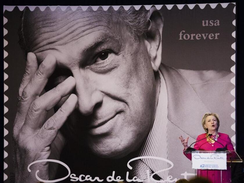 La ex primera dama de Estados Unidos Hillary Clinton pronuncia su discurso durante una ceremonia sobre los nuevos sellos del Servicio Postal de los Estados Unidos que conmemoran al diseñador dominicano de moda Óscar de la Renta, en Nueva York, Estados Unidos, hoy 16 de febrero de 2017. EFE