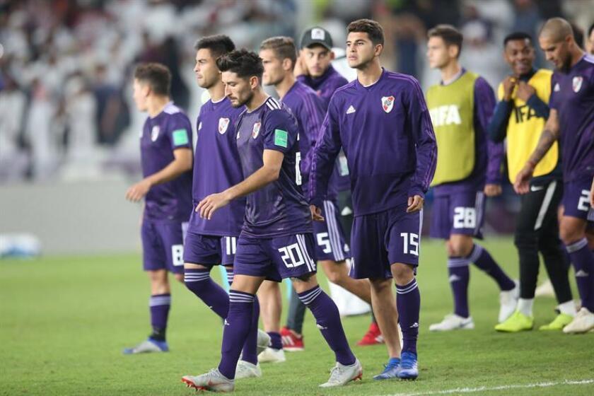 Los jugadores del River Plate abandonan el campo tras perder contra el Al Ain en la primera semifinal del Mundial de Clubes 2018 que se disputa en Al Ain, Emiratos Árabes Unidos, el 18 de diciembre del 2018. EFE