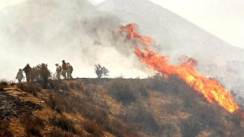 A los 3.000 bomberos que trabajan en las montañas y cañones les espera una semana de temperaturas de más de 38 grados centígrados (100 Fahrenheit).