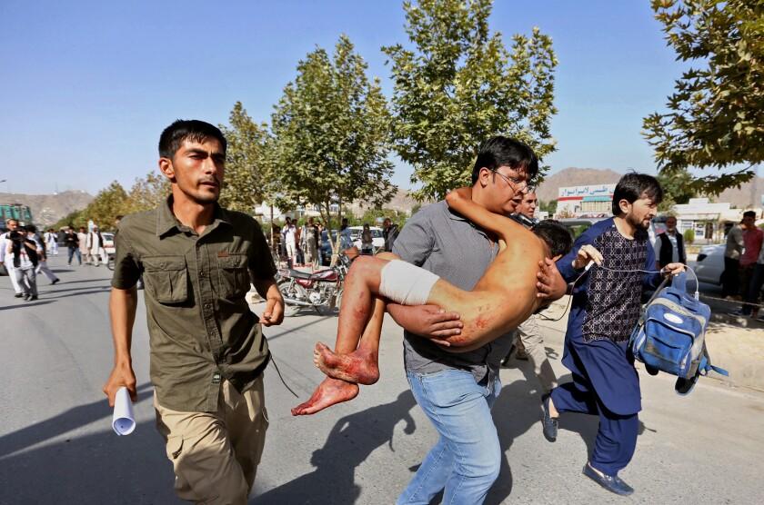 Un niño herido es llevado a un hospital después de una explosión contra una marcha de protesta en Kabul, Afganistán, el sábado 23 de julio de 2016. (AP Foto/Rahmat Gul)