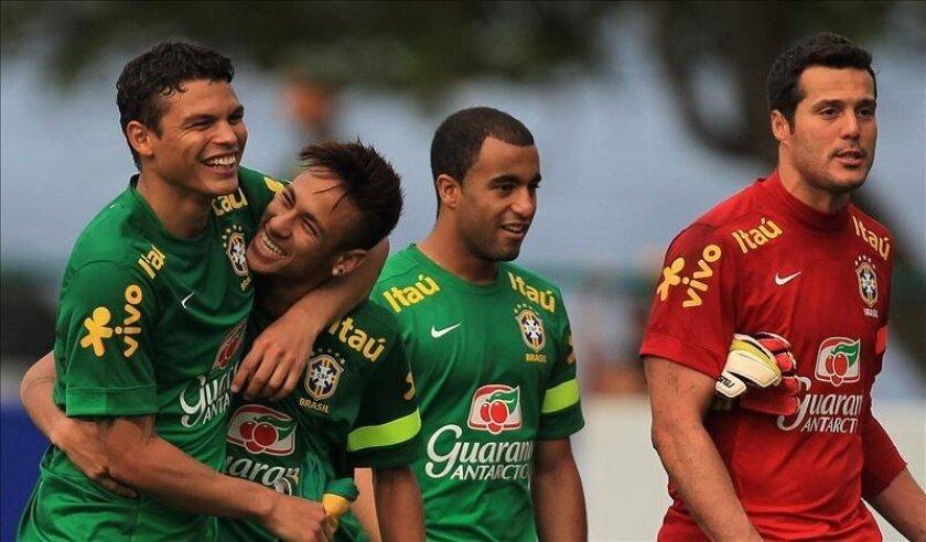 Desde la izquierda, los jugadores brasileños Thiago Silva, Neymar, Lucas y Julio César durante un entrenamiento del equipo nacional el pasado 30 de mayo, en Río de Janeiro (Brasil). EFE