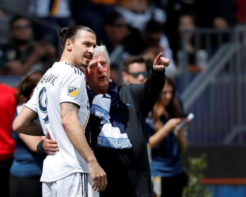 El jugador de Los Angeles Galaxy Zlatan Ibrahimovic of Sweden (i) y su entrenador Siegried 'Sigi' Schmid (d), durante un partido la semana pasada. EFE
