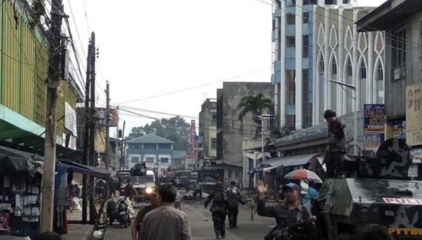 La primera bomba explotó en o cerca de la catedral de Jolo, capital de la isla del mismo nombre, y la segunda afuera, en tanto que fuerzas de seguridad acudieron a toda prisa al lugar.