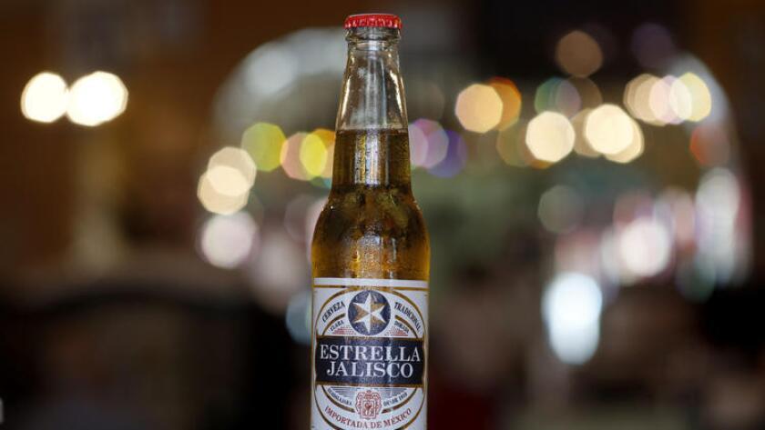 Estrella Jalisco, importada desde México por Anheuser-Busch, está en el menú de Birriería Chalio, en el este de Los Ángeles.