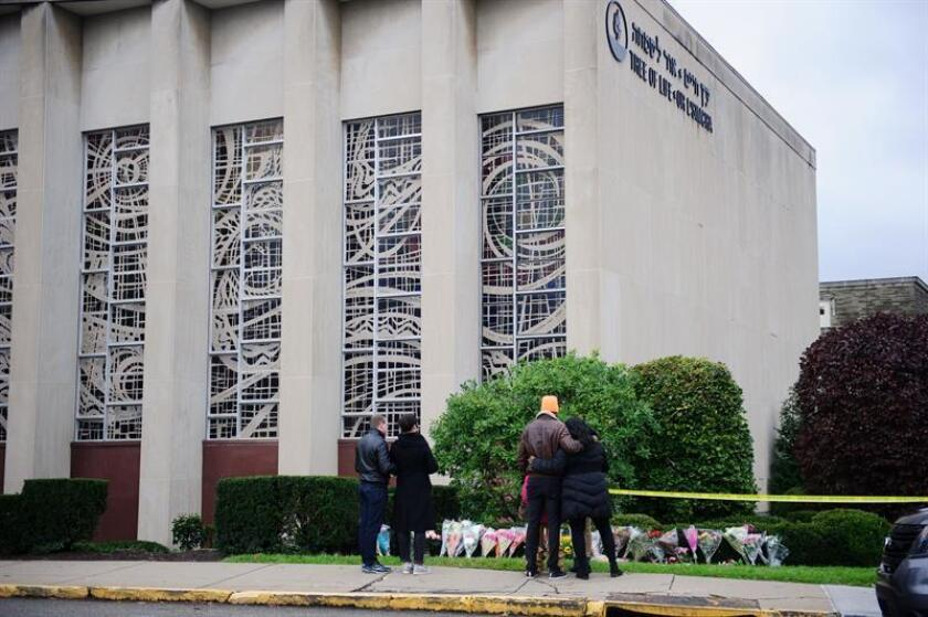 Mourners place flowers outside the Tree of Life synagogue a day after a mass shooting in Pittsburgh, Pennsylvania, USA, 28 October 2018. Officials report 11 people were killed by the gunman identified as Robert Bowers who has been charged with hate crimes and other federal charges. (Estados Unidos) EFE/EPA