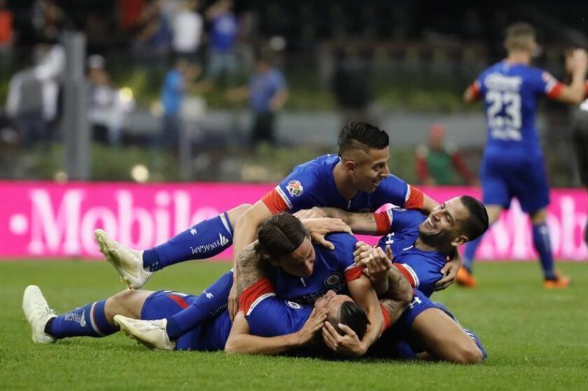 Jugadores del Cruz Azul fueron registrados este sábado al festejar una anotación ante el Monterrey, durante el partido de vuelta de esta llave semifinal del Torneo Apertura 2018 de fútbol en México, en el estadio Azteca de la capital mexicana. EFE