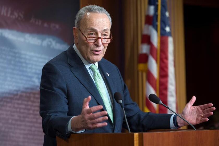El líder de la Minoría del Senado, el demócrata Chuck Schumer (i), habla en rueda de prensa el jueves 14 de marzo de 2019 después de que el senado votara en contra de la emergencia nacional decretara por el presidente estadounidense, Donald Trump, en el Capitolio, en Washington, DC (EE. UU.). EFE/Archivo