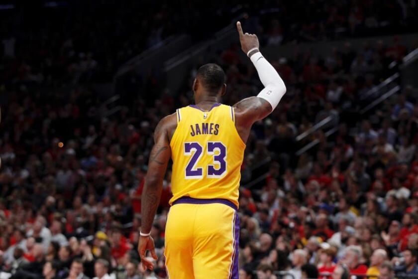 El jugador de los Lakers de Los Ángeles LeBron James durante un partido de la NBA disputado el 19 de octubre. EFE