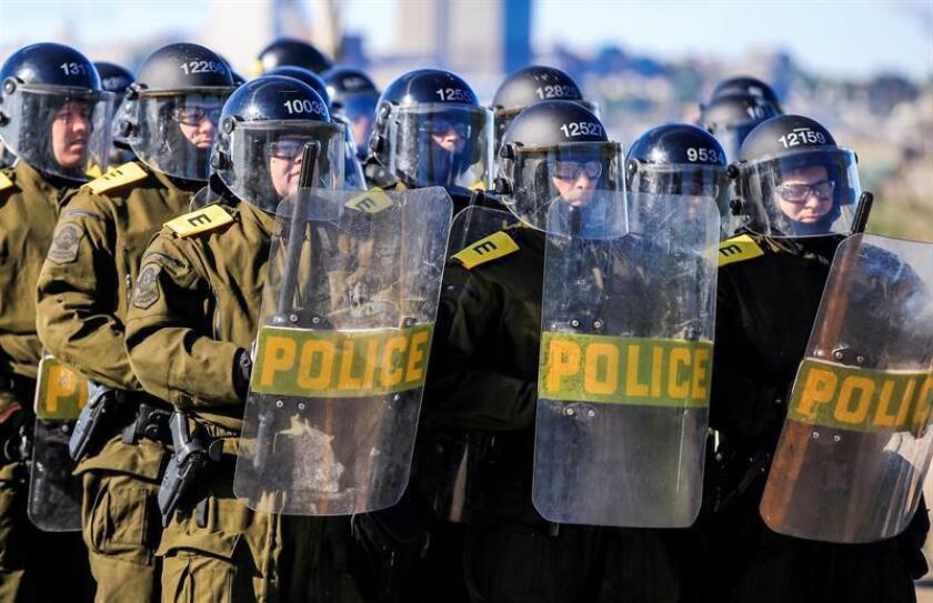 Miembros de la policía montan guardia durante una protesta en el marco del G7 en Quebec, Canadá, hoy, 8 de junio de 2018. Los líderes del G7 inician en la localidad de La Malbaie la 44 cumbre del grupo, marcada por la guerra comercial iniciada por Washington contra sus aliados y por las diferencias entre ambos en asuntos climáticos y de política exterior. EFE
