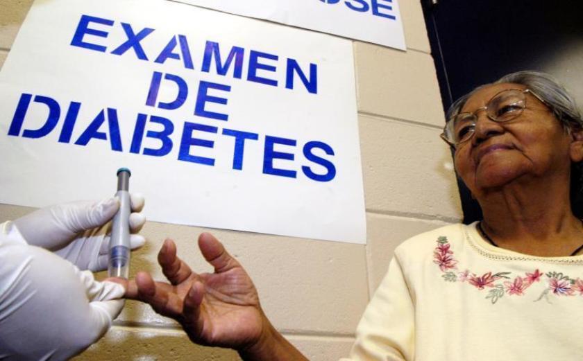 Fotografía de una mujer que se hace un examen de glucosa gratuito para detectar diabetes.
