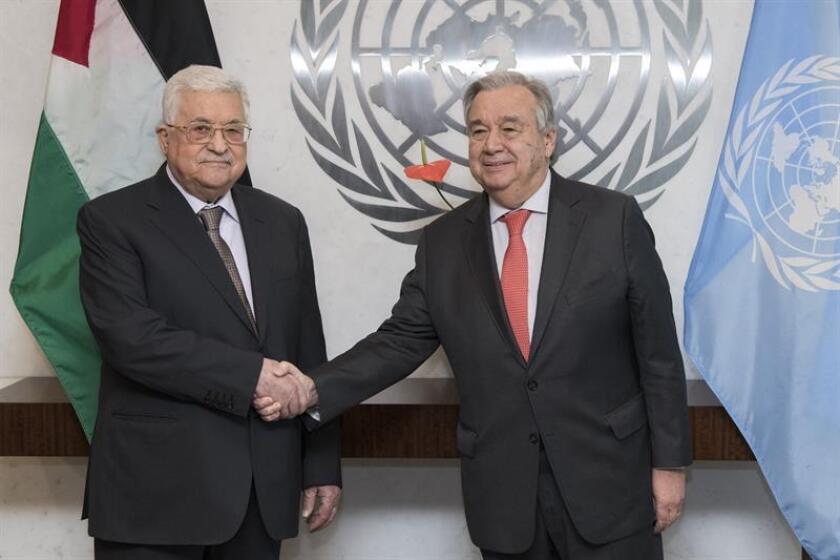 Fotografía cedida por la ONU donde aparece su secretario general, António Guterres (i), mientras saluda al presidente palestino Mahmud Abás, durante una reunión hoy en la sede del organismo en Nueva York (EE.UU.). EFE
