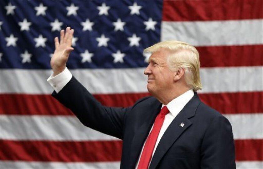 Líderes latinos de Los Angeles desconfían de las propuestas de Trump.