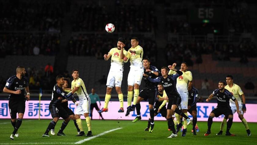Los americanistas, en una ofensiva ante el Real Madrid.