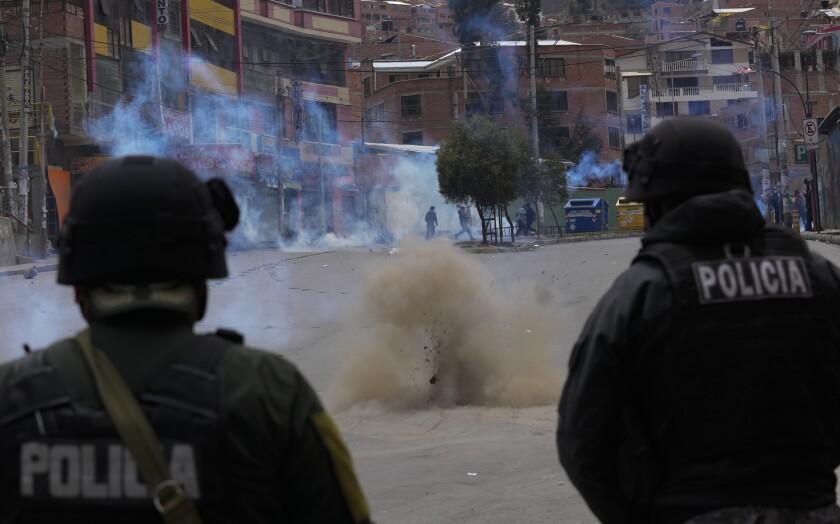 Detona una dinamita, arrojada por agricultores de coca a la policía mientras intentan llegar al mercado de coca en La Paz, Bolivia, el viernes 24 de septiembre de 2021.(AP Foto/Juan Karita)