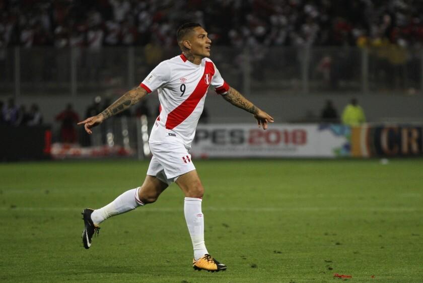 En imagen de archivo del 10 de octubre de 2017, el delantero Paolo Guerrero festeja con la selección de Perú en un duelo clasificatorio para la Copa del Mundo 2018 en Lima, Perú.