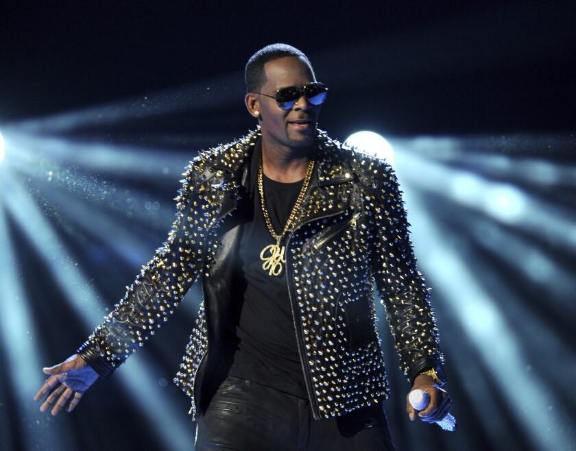 ARCHIVO - R. Kelly canta en la ceremonia de los Premios BET el 30 de junio de 2013
