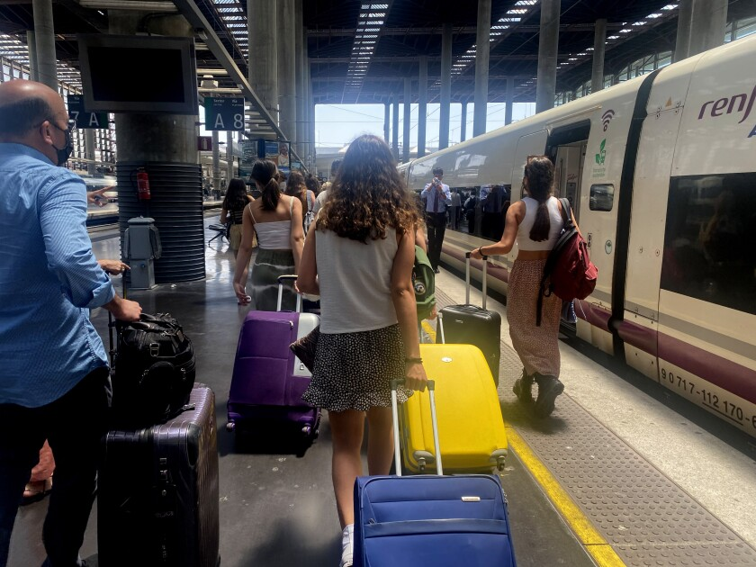 Los turistas llegan a una estación de tren en Málaga, España.