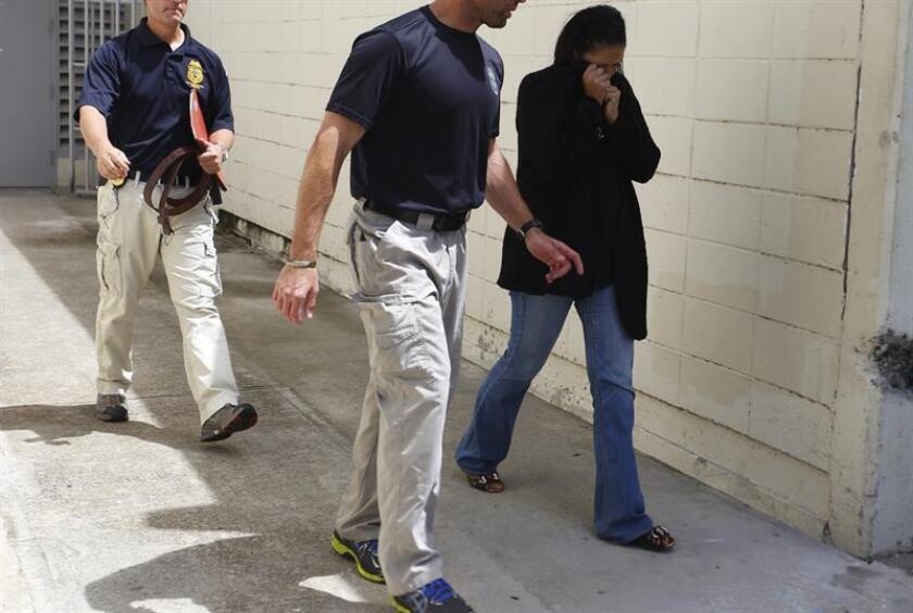"""La campaña """"Chinga La Migra"""", que busca aumentar la presión social sobre las medidas migratorias del Gobierno, comenzó hoy en Seattle (Washington) con una desobediencia civil frente a las oficinas del Servicio de Inmigración y Control de Aduanas (ICE) que se saldó con ocho detenciones. EFE/Archivo Los arrestados, salen del Coliseo PedrÃ-n Zorrilla, donde estÃín siendo procesados. EFE/THAIS LLORCA"""