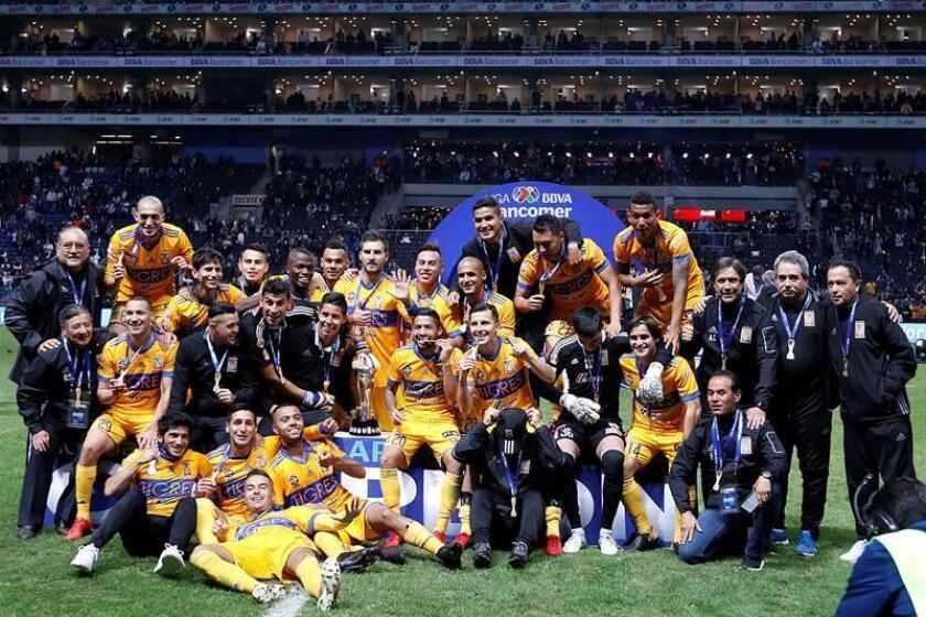 Los jugadores de Tigres posan con la copa tras la victoria ante Monterrey ayer, domingo 10 de diciembre de 2017, en el partido de vuelta correspondiente a la final del Torneo Apertura 2017 mexicano, entre Club de Fútbol Monterrey y Club de Fútbol Tigres de la Universidad Autónoma de Nuevo León, en el Estadio BBVA de la ciudad de Monterrey (México). EFE