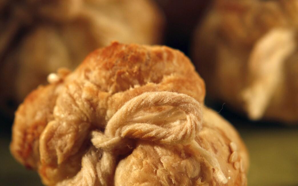 Semolina-filled puff pastry purses