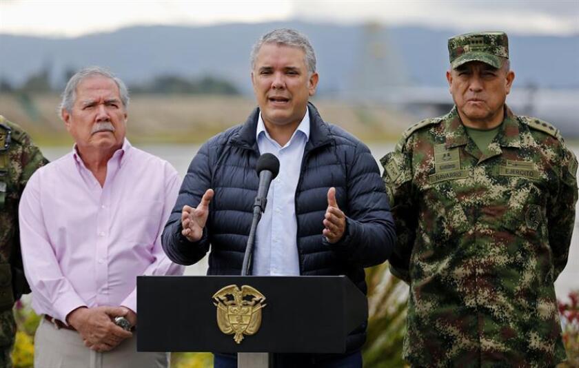El presidente de Colombia, Iván Duque (c), da unas declaraciones a la prensa acompañado por su ministro de Defensa, Guillemo Botero (i), y el comandante de las Fuerzas Militares de Colombia, mayor general Luis Fernando Navarro (d), este martes en Bogotá (Colombia). EFE