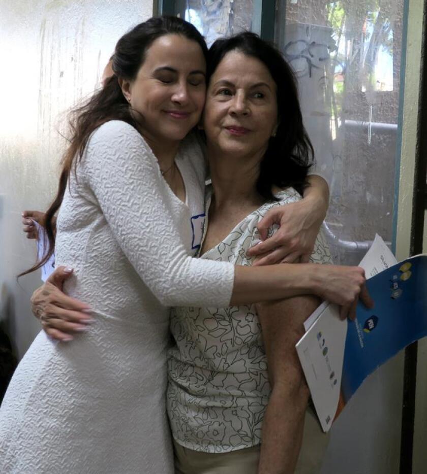 """La costarricense Sylvia Baltodano (i) abraza a su madre, Lidiette Esquivel (d), previo a la audición para el papel de María en la película """"West Side Story"""" hoy, martes 11 de diciembre de 2018, en el anfiteatro Julia de Burgos de la Universidad de Puerto Rico (UPR), en el campus de Río Piedras, en San Juan (Puerto Rico). EFE"""