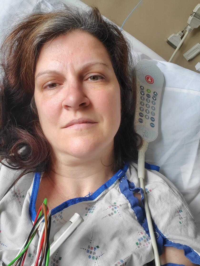 En esta fotografía del 6 de mayo de 2020 facilitada por Darlene Gildersleeve, de 43 años, de Hopkinton, Nueva Hampshire, la muestra cuando estuvo internada en un hospital en Manchester despues de sufrir embolias por unos trombos relacionados con el COVID-19. (Darlene Gildersleeve via AP)