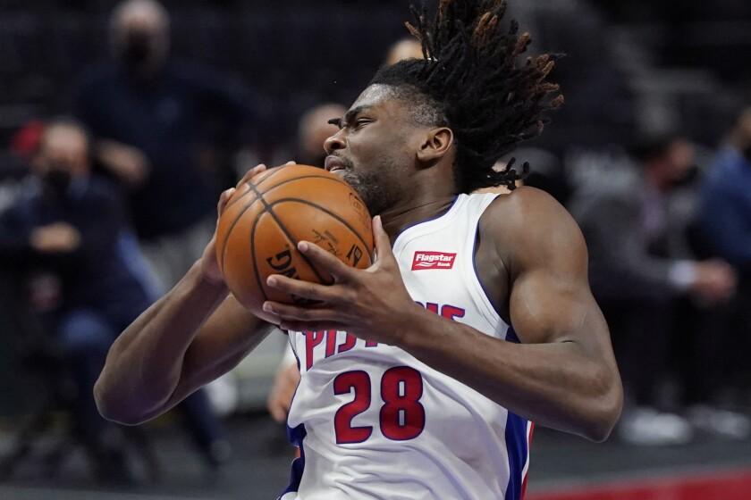 Isaiah Stewart, pívot de los Pistons de Detroit, atrapa un rebote en el duelo del viernes 16 de abril de 2021, ante el Thunder de Oklahoma City (AP foto/Carlos Osorio)