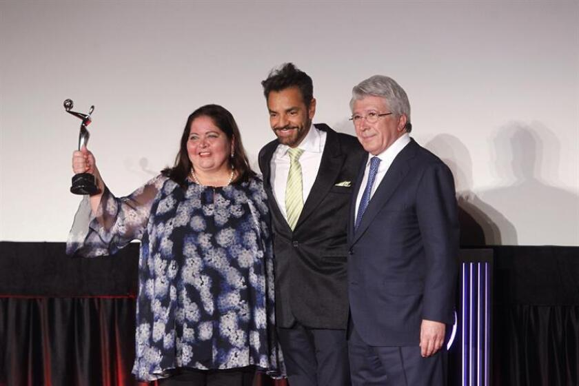 La secretaria de turismo de Quintana Roo, Marisol Venegas (i), el actor mexicano Eugenio Derbez (c) y el productor Enrique Cerezo (d) posan hoy, martes 20 de febrero de 2018, durante la alfombra roja de las nominaciones a los premios Platino, en Ciudad de México (México). EFE