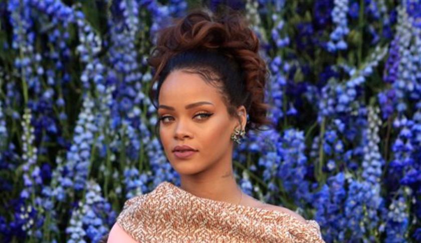 """Rihanna posa previo a la presentación de la colección primavera-verano 2016 de Christian Dior en la Semana de la Moda de París. La cantante lanzó su muy esperado nuevo disco, """"ANTI"""", en el servicio de streaming Tidal de Jay Z del que es copropietaria. (AP Foto/Thibault Camus, Archivo)"""