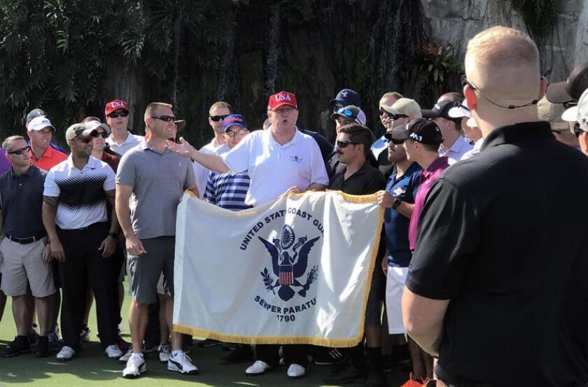 El presidente estadounidense Donald Trump (c) habla con agentes de la Guardia Costera de Estados Unidos hoy, viernes 29 de diciembre de 2017, en su club de golf en West Palm Beach, Florida (EE.UU.). EFE/POOL