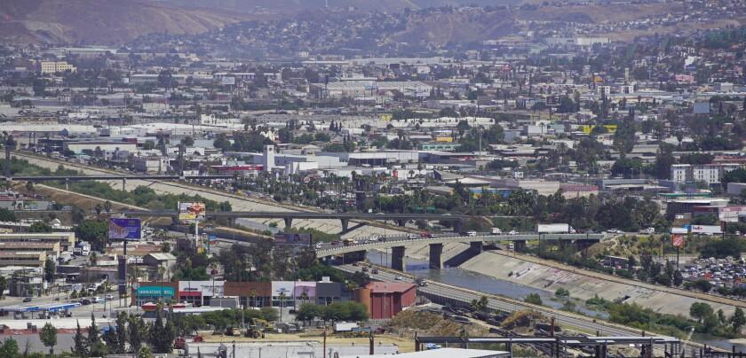 El río Tijuana atraviesa la ciudad de Tijuana en dirección a la costa de San Diego.