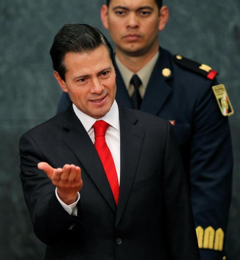 El presidente de México, Enrique Peña Nieto, habla hoy, lunes 23 de enero de 2017, durante un acto en la residencia oficial de los Pinos en la Ciudad de México (México). EFE